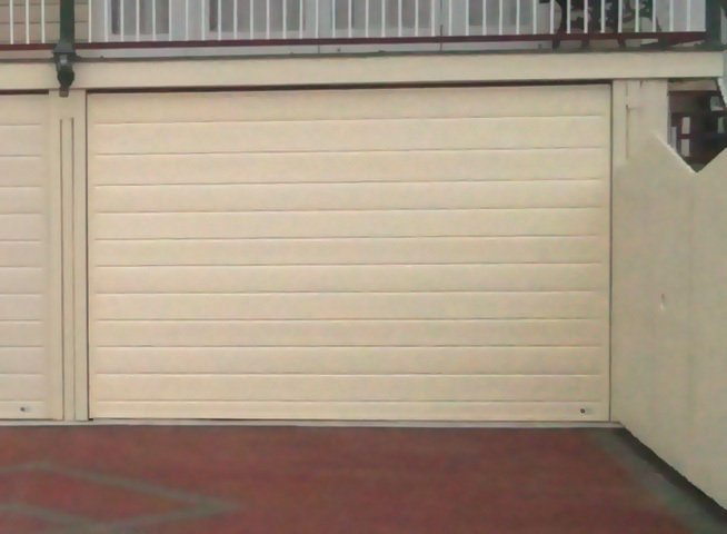Slimline (sectional) tilt door